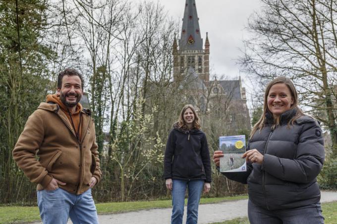 Schepen Nessim Ben Driss, Marilyne Volckaert en Bieke Bekaert van de toeristische dienst bij de voorstelling van de nieuwe toeristische folder.©jan_stragier JS