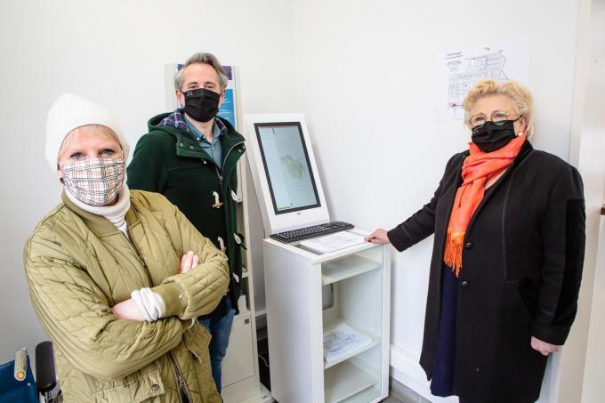 Schepen Minou Esquenent, Pieter Marechal en Ann Soete tijdens de ingebruikname van de digitale infozuil.©Davy Coghe Davy Coghe