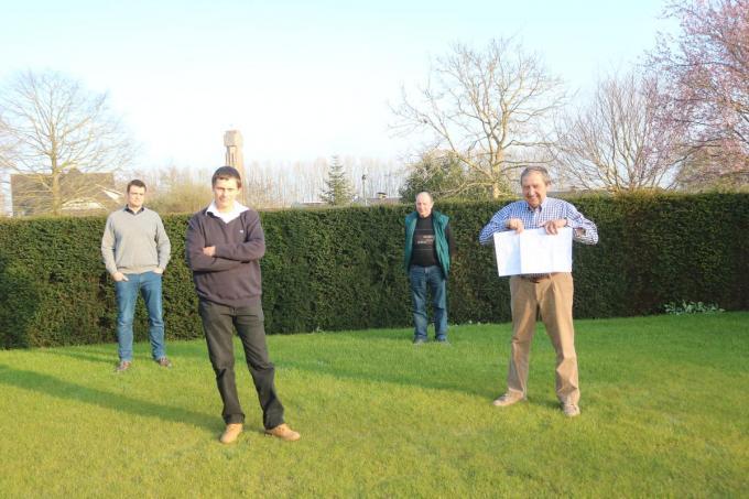 Enkele ontevreden landbouwers met v.l.n.r. Henk Vanoverbeke, Kristof De Cat, Marc Depuydt en Joël Van Coppenolle die zijn petitie laat zien.©type=