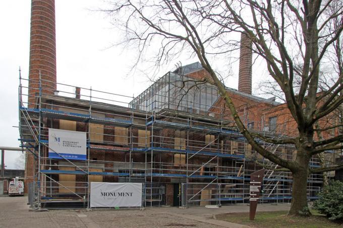 Het Mekaniekersgebouw dat in de steigers staat.©Geert Vanhessche GJZ