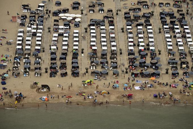 Op het strand van Mariakerke wordt vanaf de paasvakantie een verhuurlocatie voorzien voor strandmeubilair© Belga