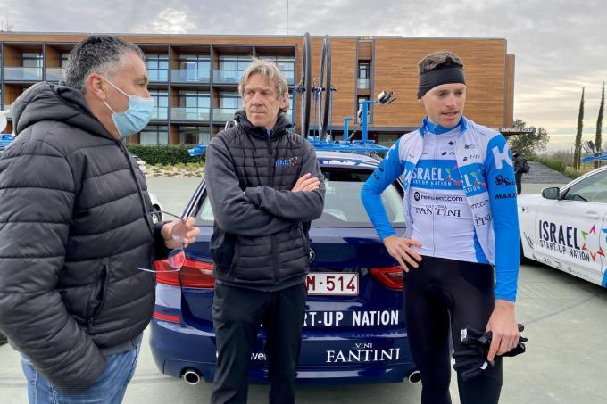 Eric Van Lancker en Dirk Demol met renner Ben Hermans.© BELGA