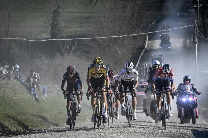In de Strade Bianche vochten Van Aert en Van der Poel een duel uit. Volgt vandaag in de E3 Saxo Bank Classic een nieuwe clash?© BELGA