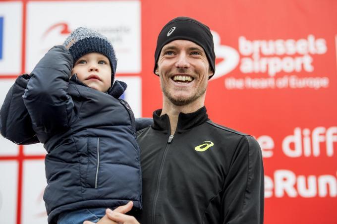Koen Naert, hier in oktober 2019 op het podium na de halve marathon in Brussel met zoontje Finn, wordt voor de tweede keer papa.© BELGA