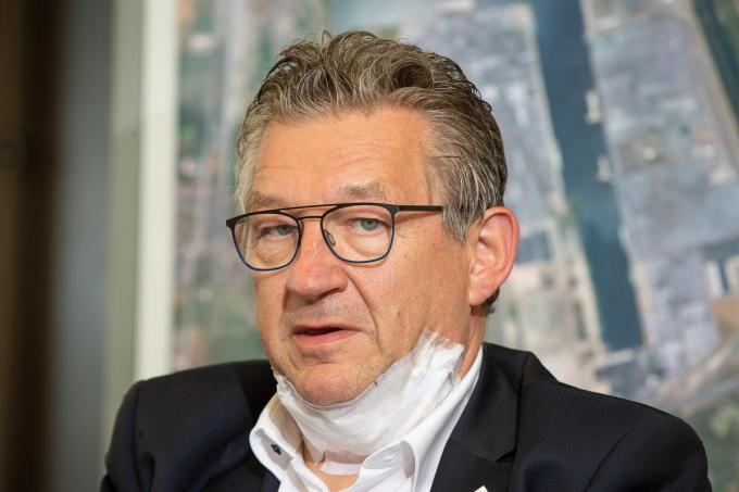 Burgemeester Dirk De fauw kreeg 24 hechtingen in de hals na de aanslag op 20 juni vorig jaar.© Belga