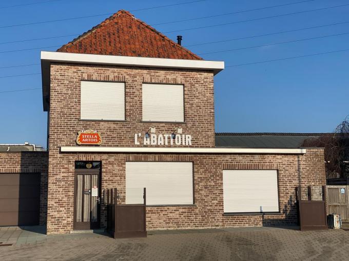 Jeugdhuis De Tunne verhuist na de brand tijdelijk naar het leegstaande café l'Abattoir. (foto Frank)© Frank Meurisse
