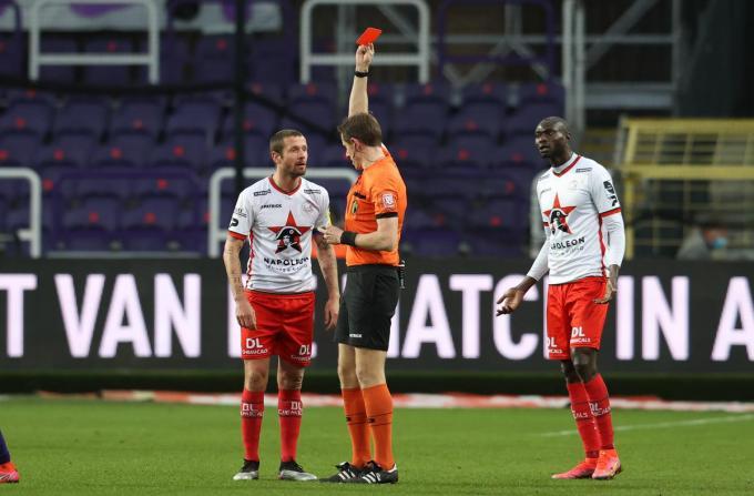 Scheidsrechter Jan Boterberg gaf Damien Marcq een rode kaart.©VIRGINIE LEFOUR BELGA
