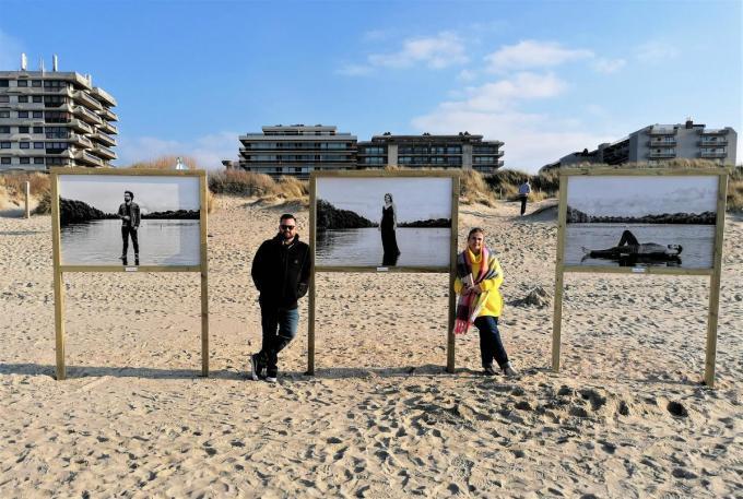Fotograaf Frank Lambrechts en schepen van Cultuur Cindy Verbrugge bij de afbeeldingen van Geert Verdickt (Buurman), Karen Damen en Joris Van Rossem (Metejoor).©MYRIAM VAN DEN PUTTE Myriam Van Den Putte