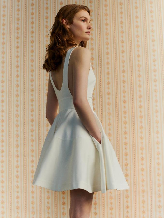 Pittig kort en budgetvriendelijk: jurk van La Redoute (169 euro).© La Redoute