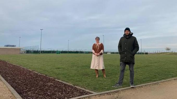 Schepen Celine Mouton en Pieter Cordy van vzw Basics-Tentakel in het Sportpark waar de Zomerarena zal worden geplaatst.© foto JT