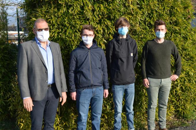 We zien v.l.n.r. VTI-directeur Stefaan Gyssels, Arne Neuville, Drees Vandenberghe en wiskundeleerkracht Jeroen Depinois.© VTI Poperinge