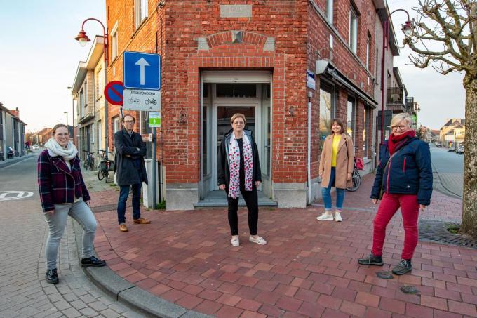 Hier komt de nieuwe Wereldwinkel. Op de foto: vrijwilligers Emmi Vandenbussche, Kris Vandenbussche, Heidi Casteleyn, Ine Degrande en Dorine Beernaert.© Foto Kurt