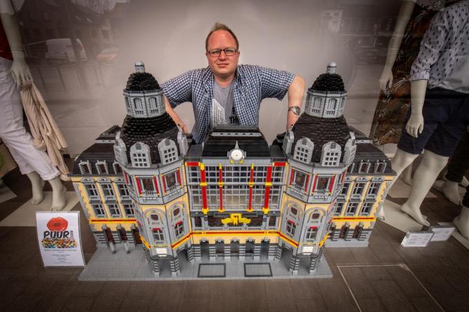 Het Centraal Station van LEGO-artiest Peter Feys is momenteel in de etalage van kledingzaak Verso te bewonderen.© Frank Meurisse