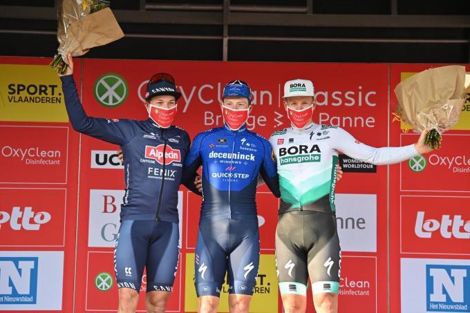Belg Jasper Philipsen (Alpecin-Fenix), Ier Sam Bennett (Deceuninck-Quick-Step) en Duitser Pascal Ackermann (Bora-Hansgrohe) vieren op het podium.©DAVID STOCKMAN BELGA - David Stockman