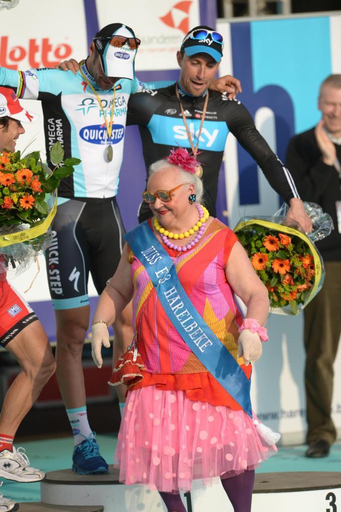'Germaine' als bloemenmeisje in 2012, net nadat ze winnaar Tom Boonen eens goed vastgepakt had.© BELGA