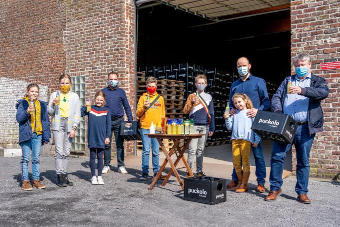 Burgemeester Francis Benoit en schepen van onderwijs Jan Deprez trakteren de Kuurnse schoolkinderen met een Puckolo limonade. (foto KDS)©Kurt De Schuytener Kurt De Schuytener