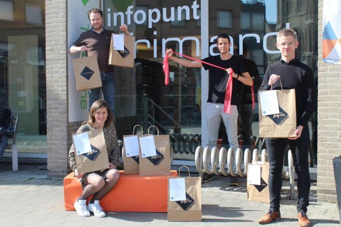 Schepen Frederik Sap, Annelies Catteeuw, Kristof Devriendt en schepen Dimitri Carpentier promoten Trimard takeway.© JT