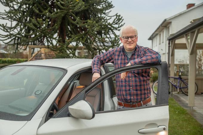 Dankzij een aangepaste bril, een opleiding in Nederland en flink wat doorzettingsvermogen heeft Lennerd Carrein sinds kort zijn rijbewijs op zak. (foto Wouter Meeus)