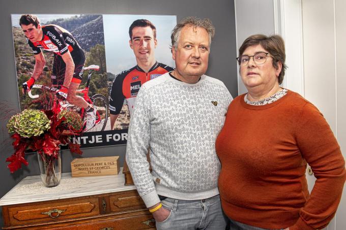 """In de inkomhal bij Ivo Myngheer en Jeanique Vanpeteghem hangt een muurbrede foto van Daan. """"Hij is altijd en overal bij ons.""""©JOKE COUVREUR"""