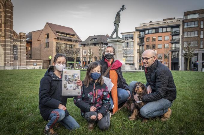 Bo en Fleur Maertens wandelden de SASK-zoektocht samen met hun ouders Wouter en Marjan en hond Olie.©STEFAAN BEEL Stefaan Beel
