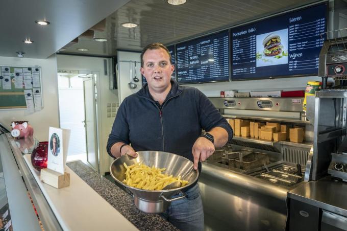 """Thomas 'Derry' Deryckere aan het werk in zijn frituur: """"Momenteel zijn we samen met de stad aan het bekijken wat de mogelijkheden zijn op de site, maar ik droom van een wegrestaurant."""" (foto SB)©STEFAAN BEEL Stefaan Beel"""