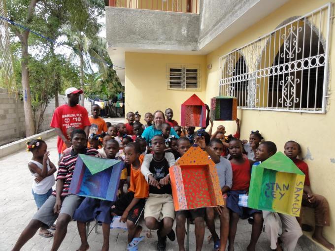 Enkele weeskinderen en begeleiders voor wie Carlo met zijn vzw Belgium Aid een nieuw onderkomen wil bouwen. (gf)