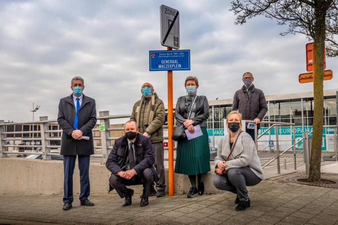 Het Generaal Maczekplein heeft nu voor het eerst een officieel straatnaambord.©Wouter Meeus foto WME