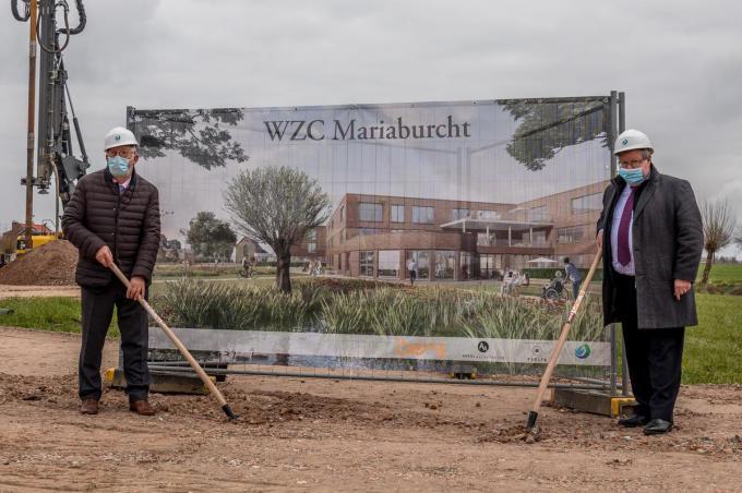 Burgemeester Koenraad Degroote en Curando-voorzitter Paul De Meulemeester zetten de eerste spadesteek van het vernieuwde woon-zorgcentrum.©Wouter Meeus foto WME
