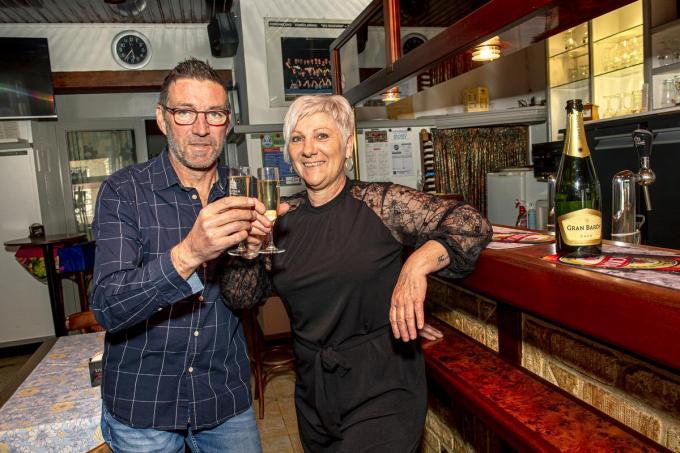 Marino Degraeve en Conny Capelle zijn de nieuwe uitbaters van café De Posthoorn. (foto JCR)©JOKE COUVREUR