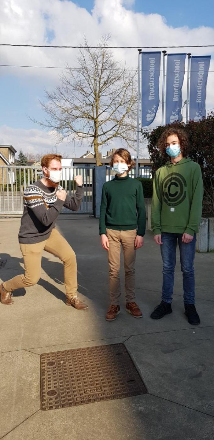 Twee finalisten uit de Broederschool, Arthur en Matteo, samen met hun leerkracht wiskunde Arne Hostens