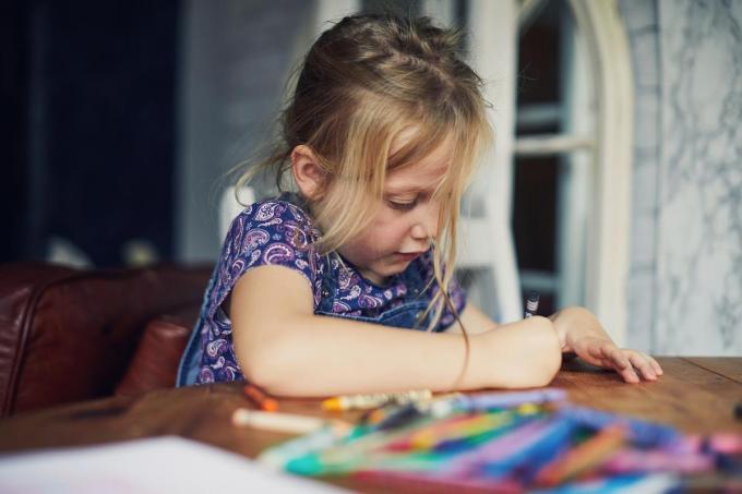 Een werkgeversattest is nodig voor wie zijn kind naar de noodopvang brengt.© Getty Images
