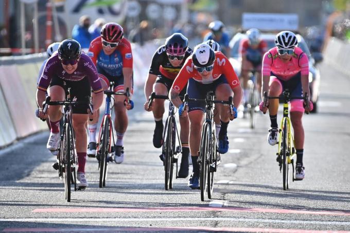 Jolien D'Hoore, Lotte Kopecky en Emma Cecilie Norsgaard Jørgensen sprinten voor de tweede plaats.© BELGA/DAVID STOCKMAN