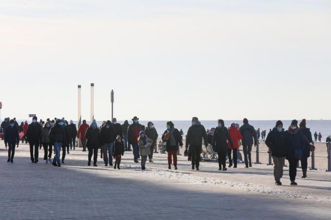 In de krokusvakantie trok al veel volk naar zee. Sommige Oostendenaars zien dat in de paasvakantie liever niet gebeuren.© PM