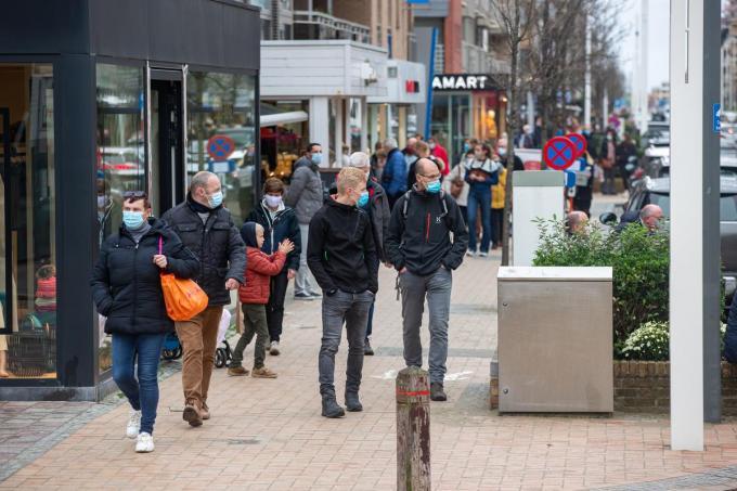 Ook in de winkelstraten is een mondmasker verplicht.©KURT DESPLENTER BELGA