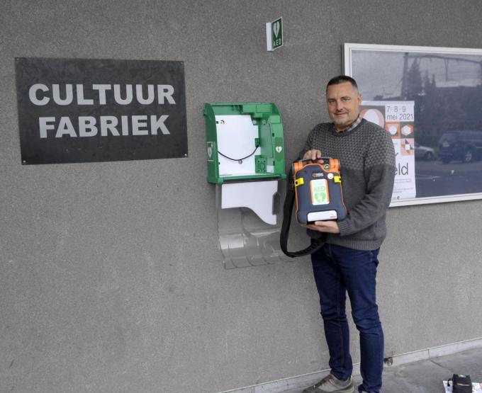 Schepen Jan Rosseel bij het AED-toestel aan de Cultuurfabriek.© FODI