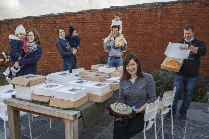 Anna, Sarah, Dieter, Raf, Andries, Emiel, Nele en Koen verkochten taart.© JS