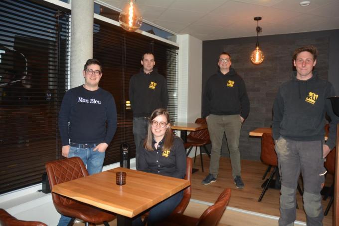 Rinus Vandewalle, Karel Blomme, Louis D'Hondt, Pieter-Jan Demarez en Romy Vandewalle hopen dat hun spaghettiverkoop een succes wordt.© CLY