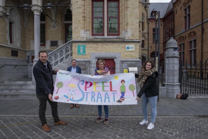 Schepen Ben Desmyter, burgemeester Christof Dejaegher, schepen Loes Vandromme en jeugdconsulente Hannelore Vandenberghe.© MD