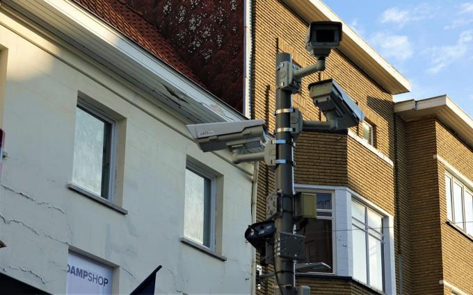 In de Kortrijkse winkelstraat vind je heel wat veiligheidscamera's.© AN