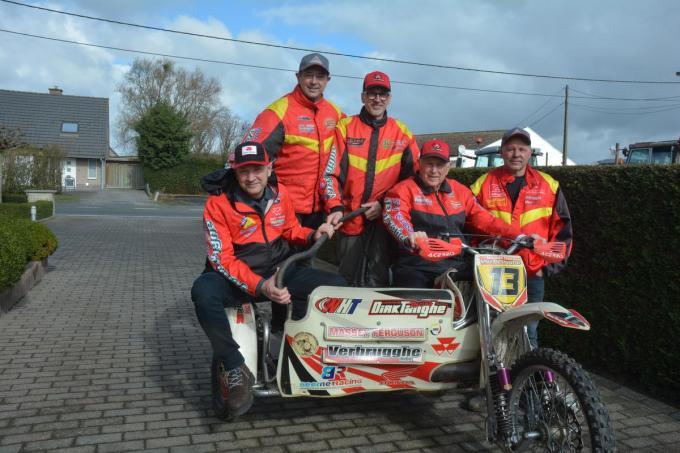 Motorcrossfamilie Verbrugghe - met v.l.n.r. Koen, Wim, Bart, Fritz en Marc - is gewonnen voor een uniek monument op de rotonde.© CLY