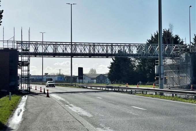 De tijdelijke brug wordt op termijn vervangen door een vast exemplaar.© JR