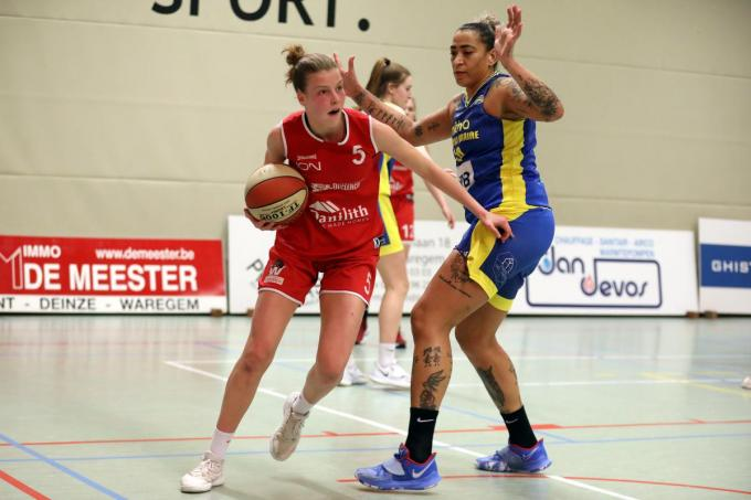 Nastja Claessens, goed voor 20 punten en 9 rebounds, gaat hier voorbij de Braziliaanse Erika De Souza.© ELD