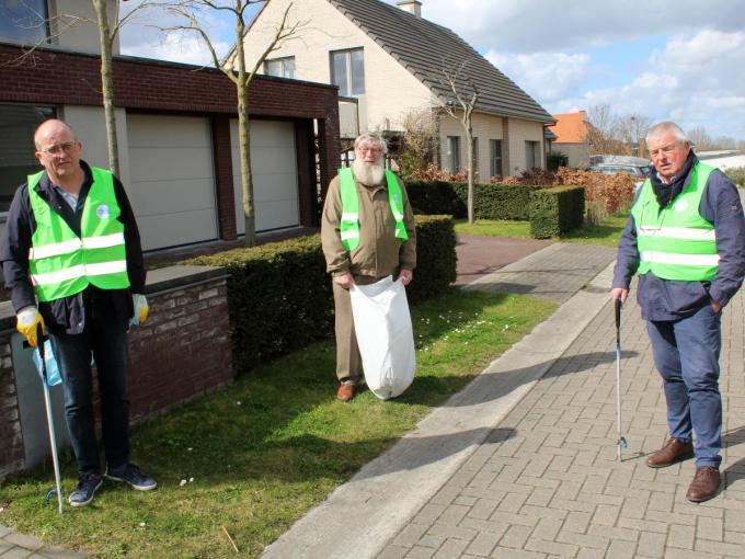 Burgemeester Eddy Lust, schepen Herman Ponnet en Schepen Renaat Vandenbulcke ruimden het zwerfvuil onder meer op in de Waterhoenstraat in Lauwe.© WO