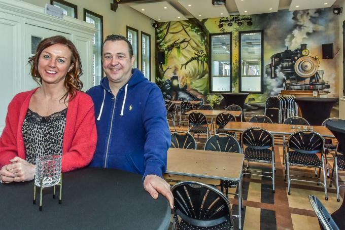 Ludovic Catteeuw en echtgenote Karolien Ramon verbouwden het vroegere stationsgebouw om tot feestzaal. (foto LVW)