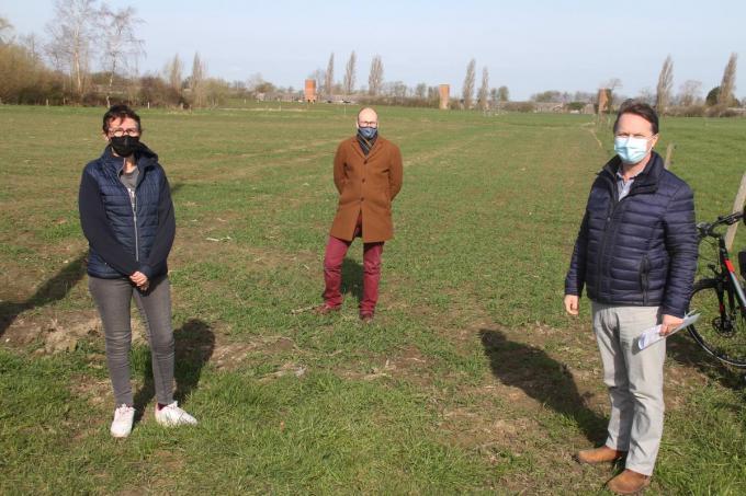 Vlnr Fanny Boone, Niels Vermeersch en Laurent Hoornaert zien kansen voor een bos.© (Foto PCO)