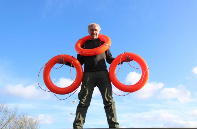 Met de boeien slaakt Bart Castelein de kreet: 'De Boot zinkt' en wil hij met crowdfunding zijn vzw redden. (foto ACK)©type=