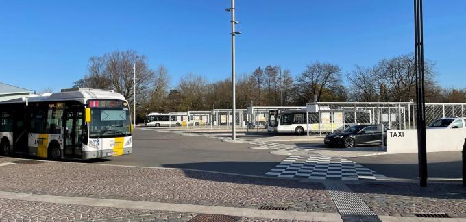 Op het stationsplein in Brugge rijden bussen van De Lijn gestadig op en af. Voorlopig lijkt daar de impact van de staking mee te vallen.© Jan Van Maele