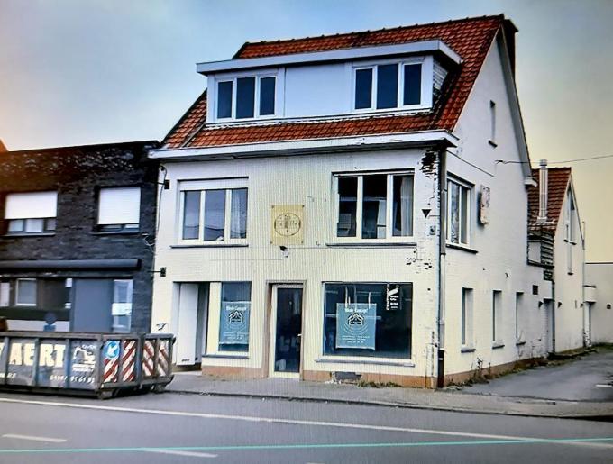 Het vroeger café 't Molentje wordt verbouwd. In de vernieuwde woning en het ruim magazijn zullen Hoste Concept en Hoste Invest een onderkomen vinden.© FODI