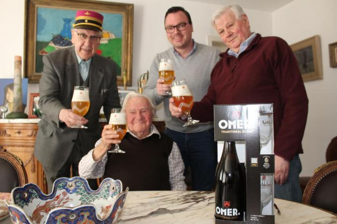 Twee jaar geleden werd zijn verjaardag wel gevierd, met Dirk (rechts) en Jonas Pieters van brouwerij Vander Ghinste (midden) en goeie vriend Noël Verstraete (links).© DJW