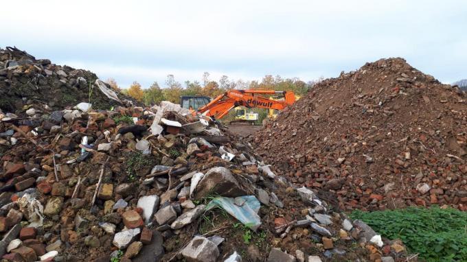 Bij het graven stootte het agentschap op heel wat vuiligheid.© JS